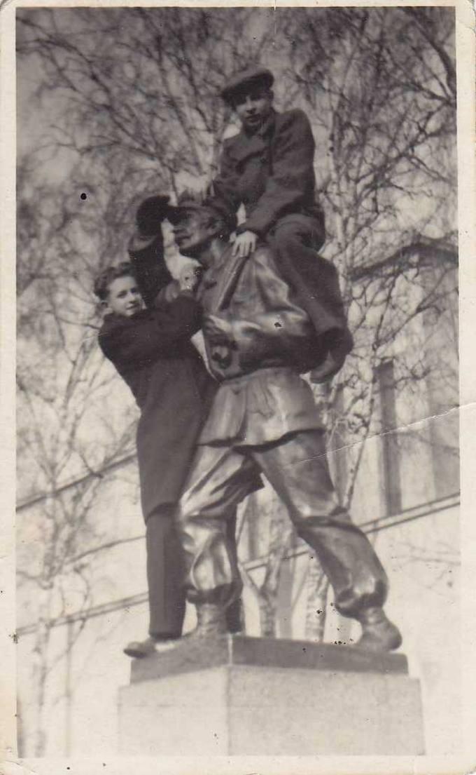 """Juozas Povilonis (viršuje) su draugu """"okupuoja"""" Knygnešio paminklą Kaune"""
