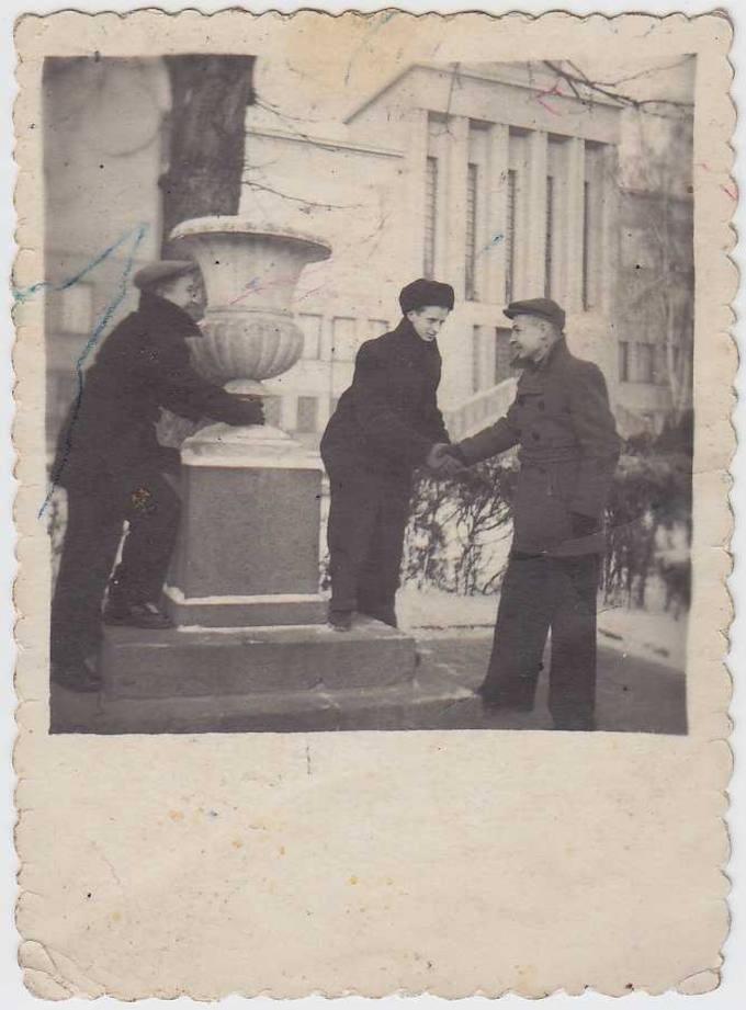 Juozas Povilonis (pirmas iš dešinės) su draugais Karo muziejaus sodelyje