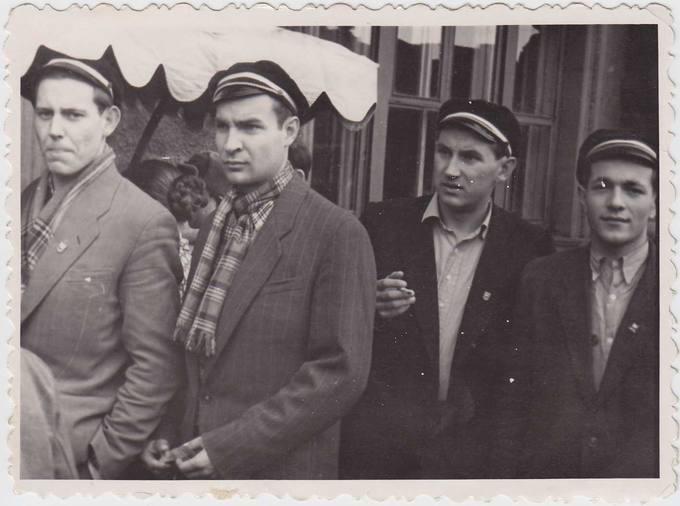 Juozas Povilonis (antras iš kairės) studentiškoje kompanijoje