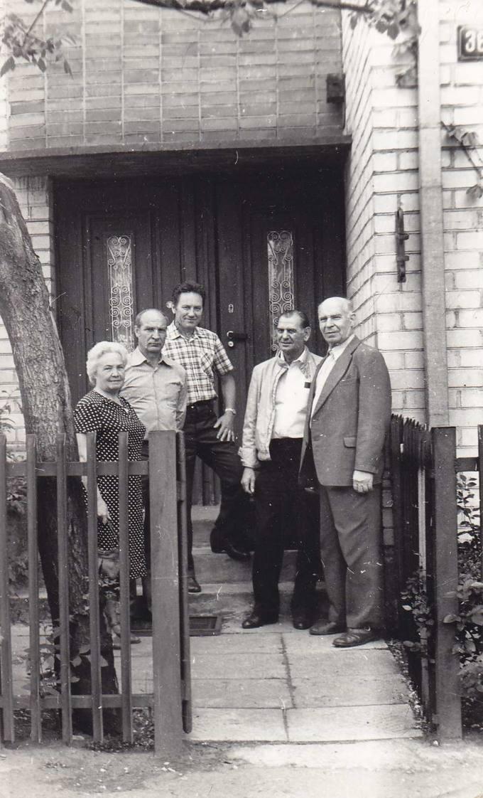 Juozas Povilonis (pirmas iš dešinės) prie savo namų Kaune