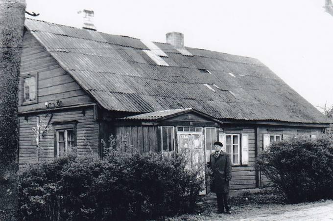 Kunigo Česlovo Kavaliausko senelio Valerijono Klemčicko namai Pumpėnuose, stovi pusbrolis Leonas Klemčickas