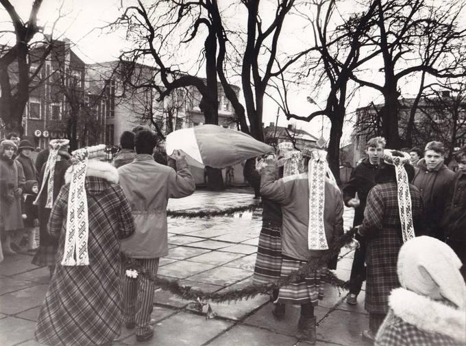Lietuvos vėliava išnešama iš bažnyčios