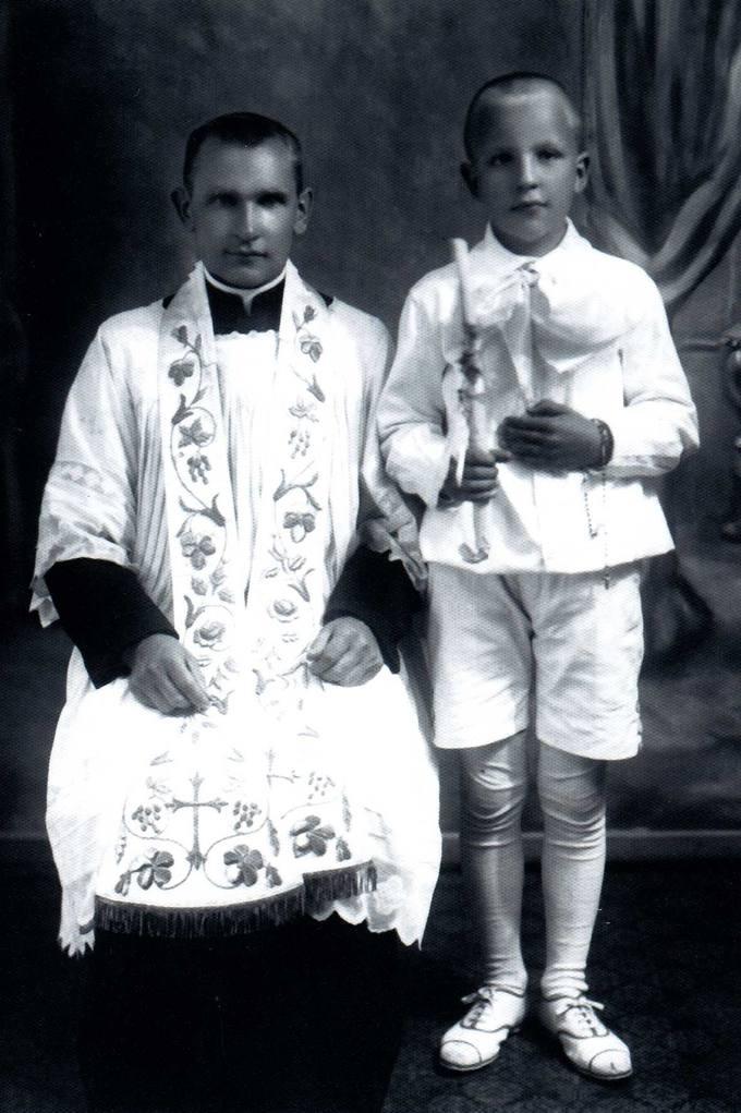 Česlovas Kavaliauskas su kunigu Želviu Pirmosios Komunijos dieną