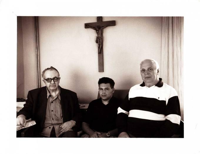 Bičiulių kompanijoje (iš kairės): kunigas Česlovas Kavaliauskas, diakonas Balys Stankus ir disidentas Viktoras Petkus