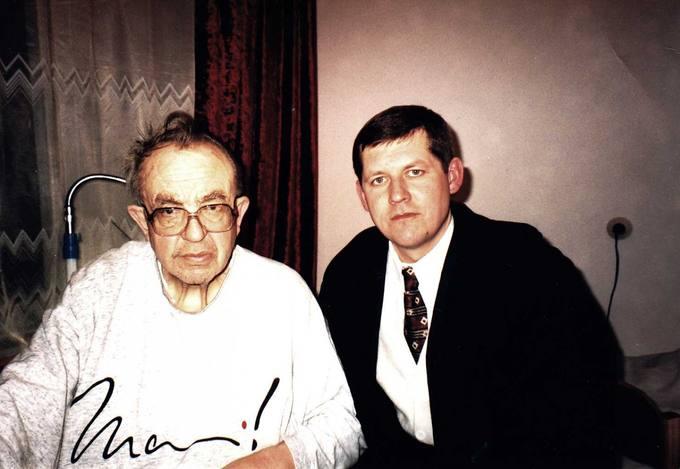 Kunigas Česlovas Kavaliauskas Vievio ligoninėje su žurnalistu dailininku Vaidotu Žuku