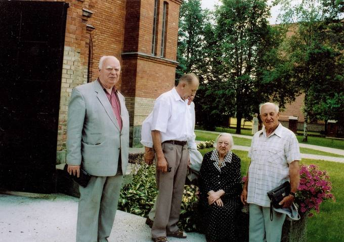Grupelė kunigo Česlovo Kavaliausko 80-ųjų gimimo metinių minėjimo dalyvių prie Kaišiadorių katedros