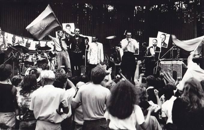 """Roko grupės """"Antis"""" koncertas Pasvalio parke 1988 metų liepos 16 dieną"""