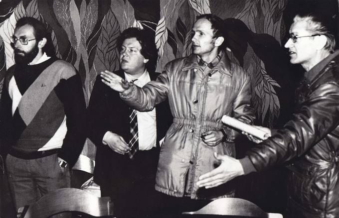 Sąjūdiečių duskusijos. Iš kairės: Vidmantas Miknius, Gintaras Kutkauskas, Leonas Amankevičius, Aleksas Varvuolis