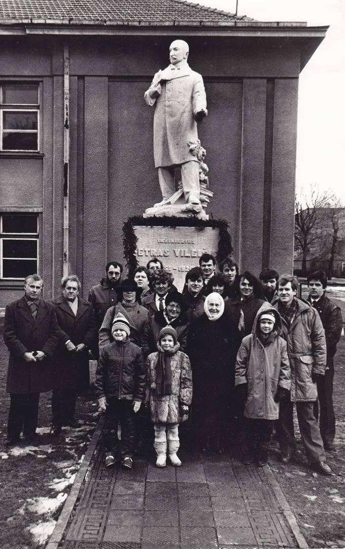 Pasvalio sąjūdiečių grupė prie Petro Vileišio paminklo