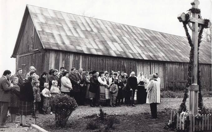 Vienas pirmųjų Pasvalio rajone atstatytų kryžių prie Mackevičių sodybos Talačkoniuose