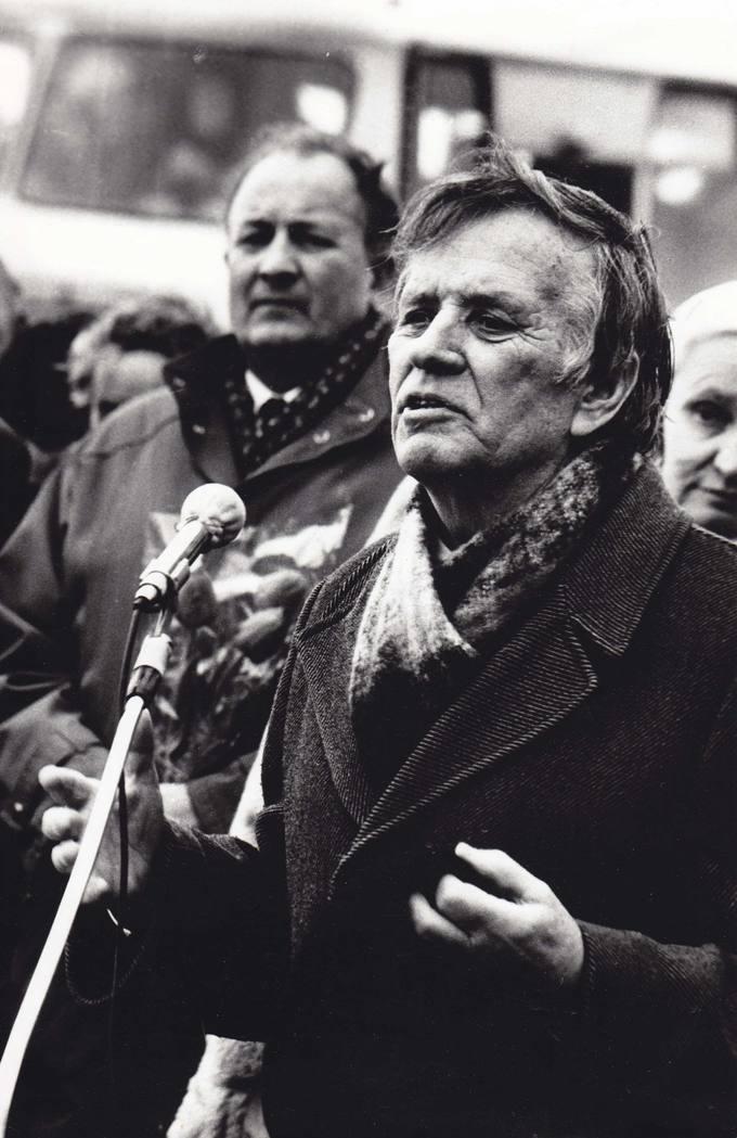 1990 metų vasario 16 dienos mitinge Žadeikiuose kalba mokytojas tremtinys Aleksandras Kuprys
