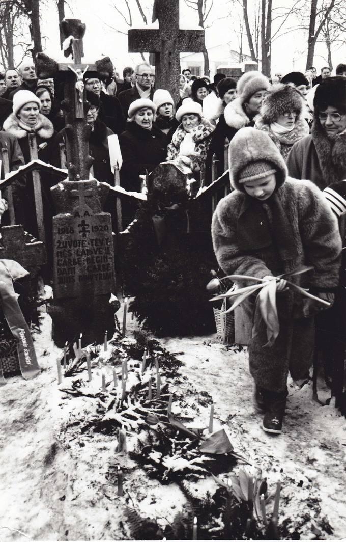 1991 metų vasario 16 diena. Minėjimas senosiose Pasvalio kapinėse