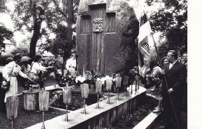 Gedulo ir Vilties dieną pasvaliečiai susirinko senosiose kapinėse prie paminklo raudonojo teroro aukoms