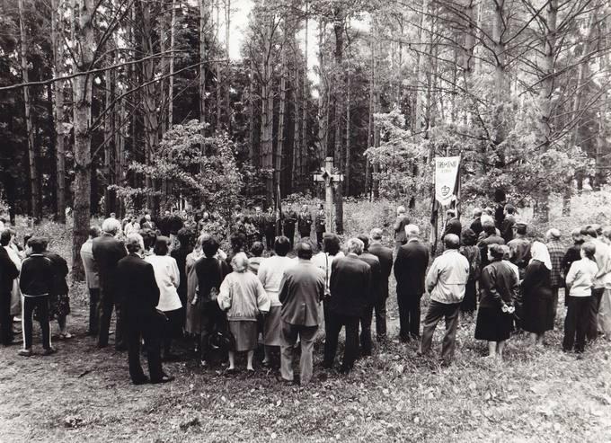 Gedulo ir Vilties dienos minėjimas tęsiasi Pasvalio parke prie partizanų atminimui pastatyto kryžiaus