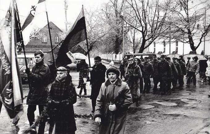 1992 metų vasario 16 dienos eisena į senąsias Pasvalio kapines