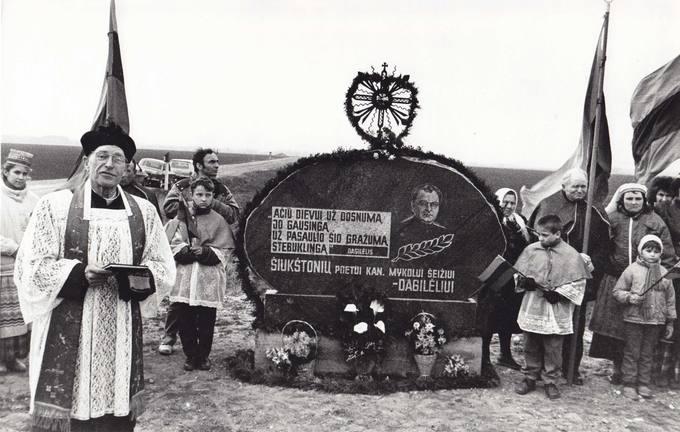 Paminklo poetui kunigui Mykolui Šeižiui-Dagilėliui atidengimas ties Švokštonių kaimu