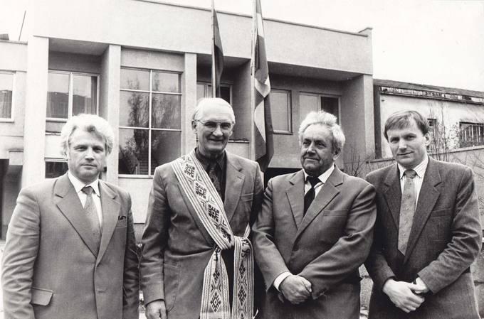 """Pasvalio bičiulis, draugijos """"Giotenė–Pasvalys"""" įkūrėjas švedas Svenas Petersonas su Pasvalio valdžios atstovais"""