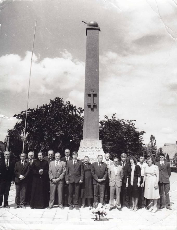 Grupė Sąjūdžio žmonių prie Saločių miestelyje atstatyto paminklo žuvusiems už laisvę