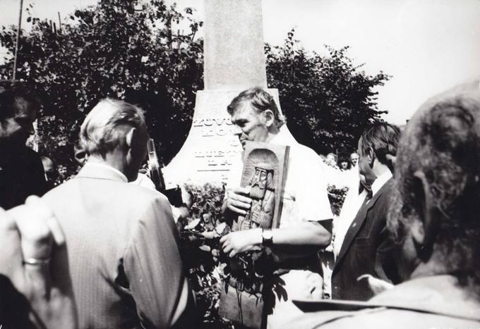 Šventės dalyviai kalbina Lietuvos Persitvarkymo Sąjūdžio seimo narį Virmantą Velikonį