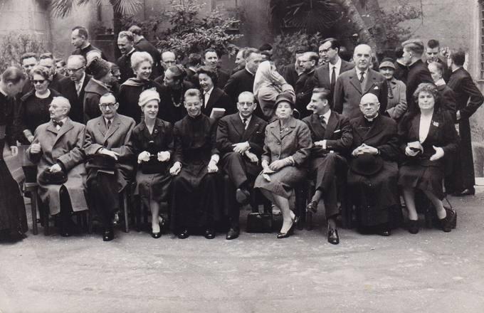 Diplomato dr. Stasio Antano Bačkio sūnaus Audrio Juozo Bačkio įšventinimo į kunigus iškilmių dalyviai Pontifikalinės lietuvių kolegijos–seminarijos sode