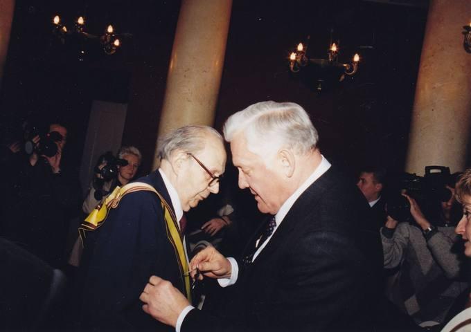Lietuvos Respublikos Prezidentas Algirdas Brazauskas jubiliatui diplomatui dr. Stasiui Antanui Bačkiui įteikia apdovanojimus