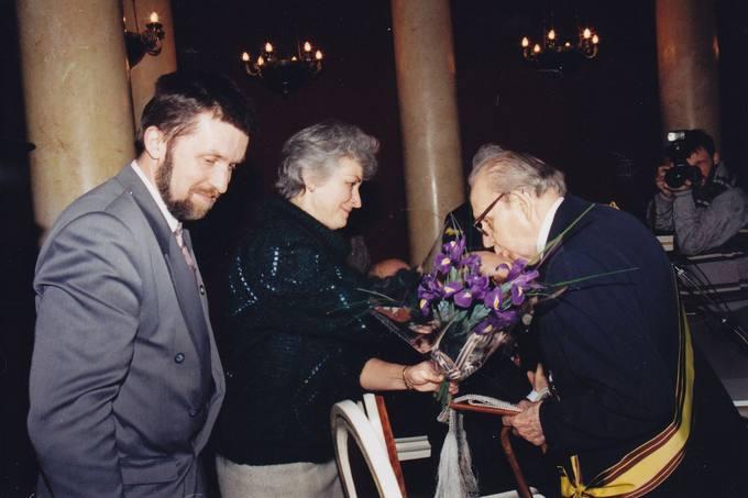 Diplomatą dr. Stasį Antaną Bačkį sveikina Pasvalio rajono meras Gintautas Gegužinskas ir Joniškėlio seniūnė Genovaitė Motuzienė