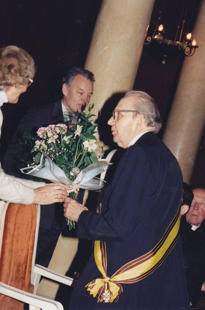 Diplomatą dr. Stasį Antaną Bačkį sveikina Vilniaus pasvaliečių bendrijos pirmininkas akademikas Bronius Grigelionis ir daktarė Genovaitė Jusaitienė