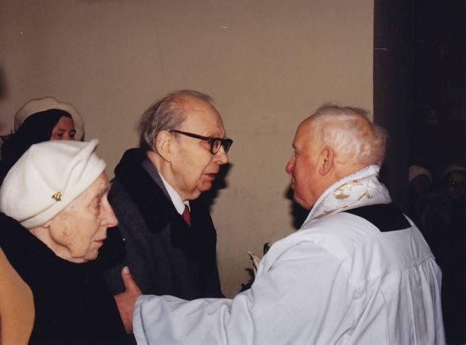 Diplomatą dr. Stasį Antaną Bačkį sveikina monsinjoras kunigas Kazimieras Vasiliauskas