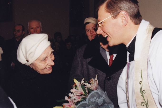 Vilniaus Arkikatedros vikaro gėlės jubiliato diplomato dr. Stasio Antano Bačkio žmonai Onai Bačkienei