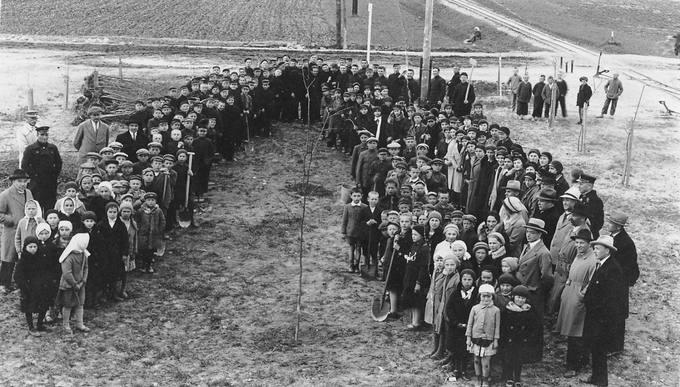 Pasvalio aukštesniosios komercijos mokyklos mokiniai ir mokytojai medelių sodinimo šventėje