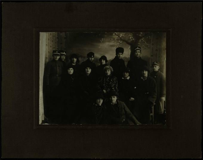 Pasvalio vidurinės mokyklos VI specialiosios klasės mokiniai ir klasės auklėtoja, nusifotografavę 1924 m. gruodžio 20 d.