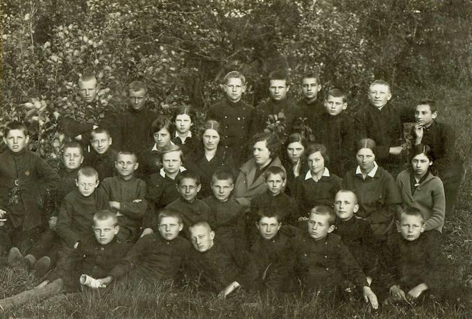 Pasvalio aukštesniosios komercijos mokyklos mokiniai 1933–1934 mokslo metais