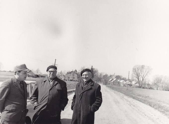 Gimtuosiuose Krinčino laukuose. Eugenijus Matuzevičius stovi viduryje, iš dešinės pirmas – poetas Kazys Inčiūra