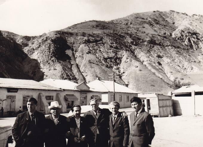 Eugenijus Mauzevičius (trečias iš dešinės) su tadžikų, armėnų ir kirgizų rašytojais