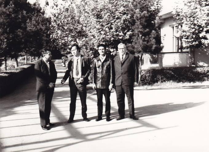 Eugenijus Mauzevičius (pirmas iš dešinės) su tadžikų ir kazachų rašytojais