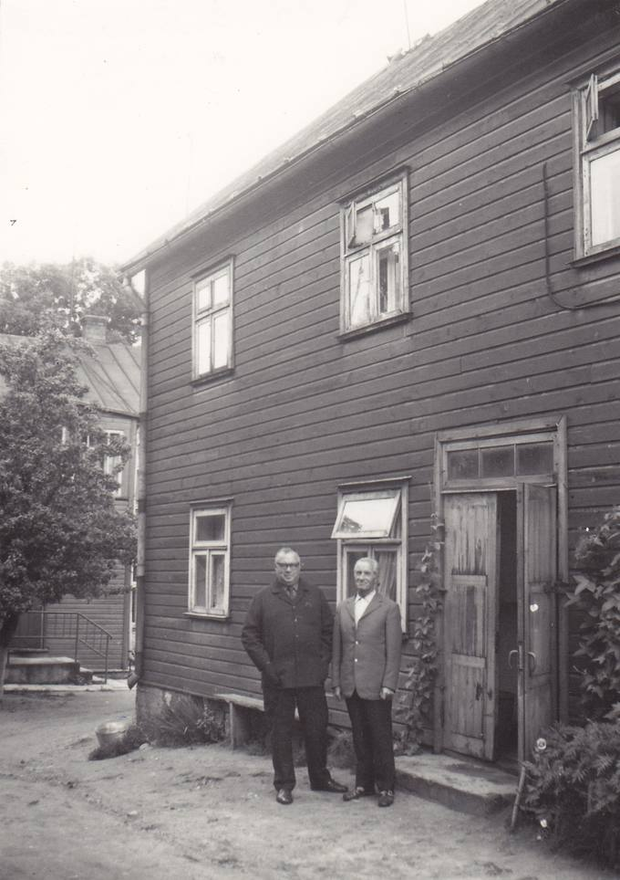 Eugenijus Matuzevičius (kairėje) ir Petras Zablockis prie buvusio Juozo Lejeto namo Biržuose
