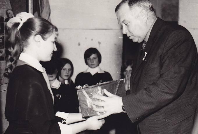 Poetas Eugenijus Matuzevičius įteikia atminimo dovaną Krinčino mokyklos literatei Selintaitei