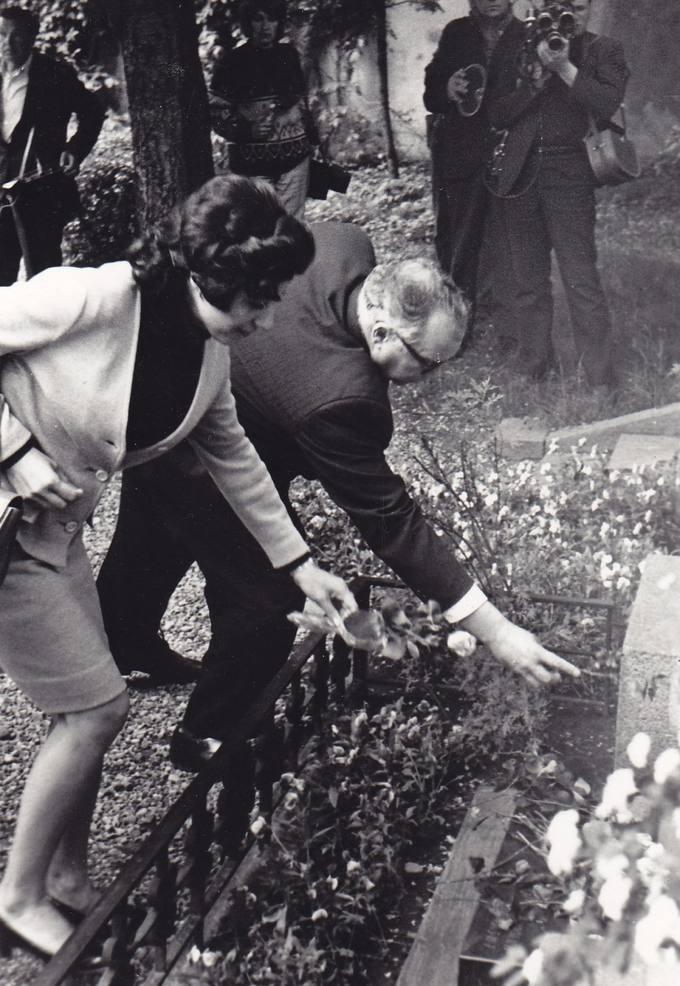 Eugenijus Matuzevičius deda gėles ant Salomėjos Nėries kapo