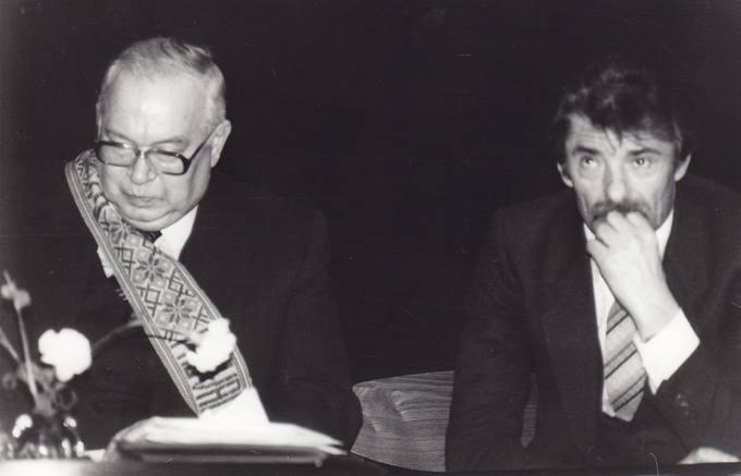 Poetas Eugenijus Matuzevičius su kraštiečiu poetu Mykolu Karčiausku savo 70-mečio minėjime
