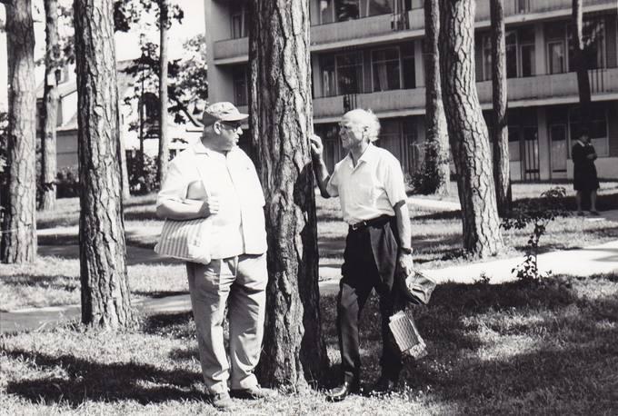 Eugenijus Matuzevičius (kairėje) su dailininku Jonu Kuzminskiu