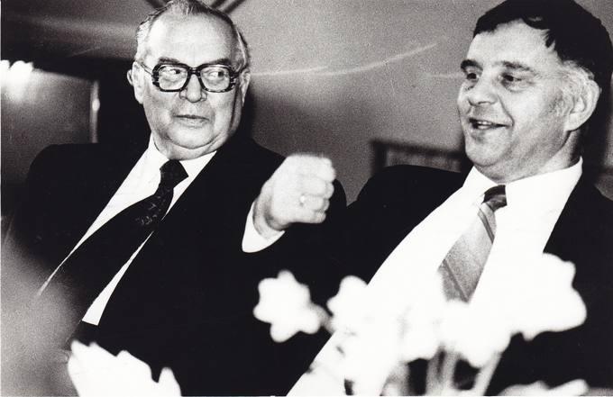 Poetas Eugenijus Matuzevičius su literatūros kritiku Petru Bražėnu