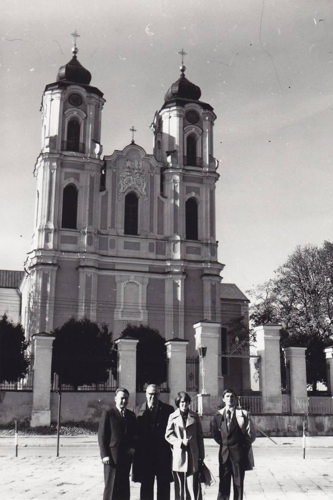 Eugenijus Matuzevičius (antras iš kairės) Seinuose su vietiniais lietuviais
