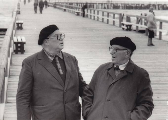 Poetas Eugenijus Matuzevičius (kairėje) su poetu Albinu Žukausku