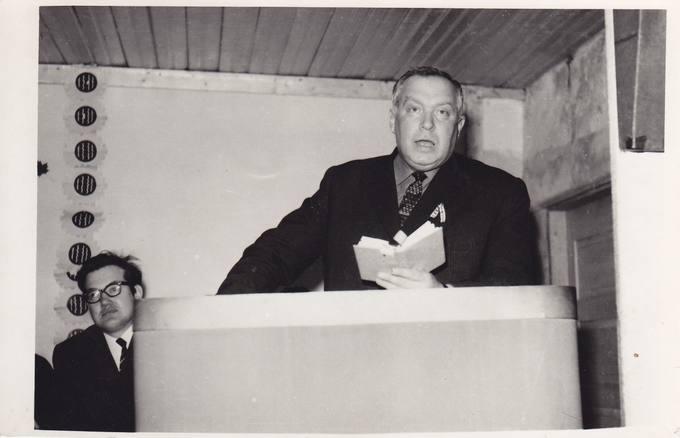Poetas Eugenijus Matuzevičius skaito savo eilėraščius susitikime su krinčiniečiais