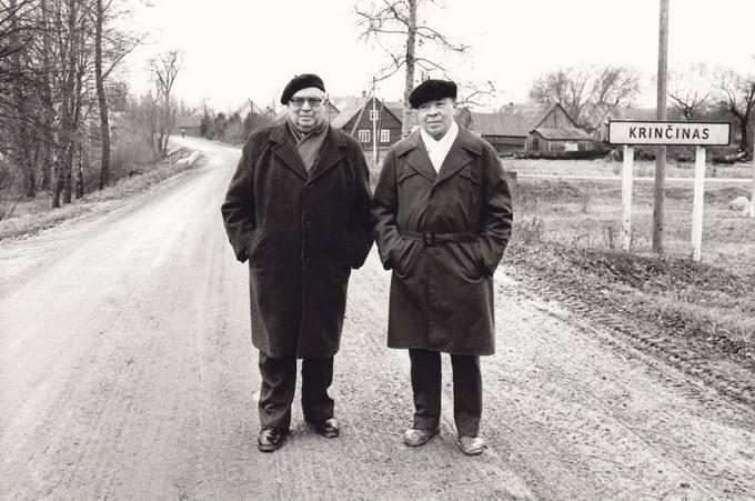 Poetai Eugenijus ir Leonardas Matuzevičiai gimtajame Krinčine