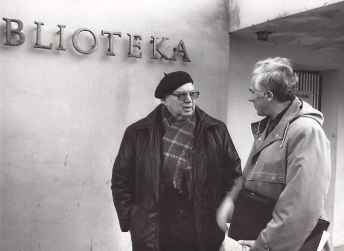 Poetas Eugenijus Matuzevičius su mokytoju Romualdu Paškevičiumi prie Pasvalio Mariaus Katiliškio bibliotekos