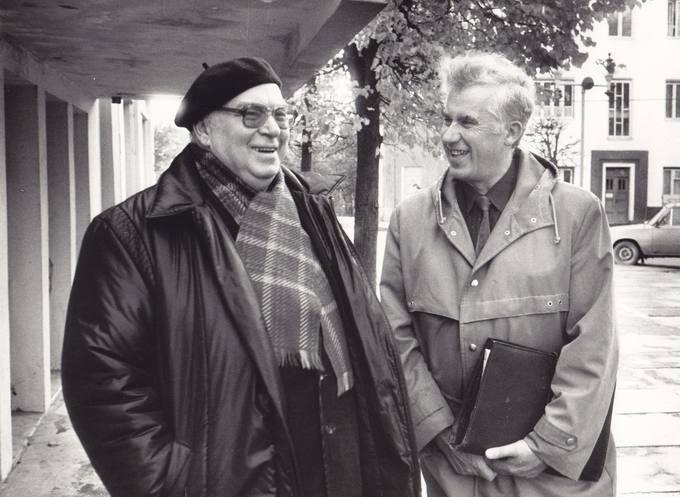 Poetas Eugenijus Matuzevičius (kairėje) su mokytoju Romualdu Paškevičiumi Pasvalyje prie Mariaus Katiliškio viešosios bibliotekos