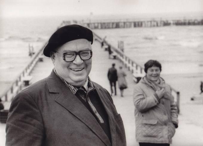 Poetas Eugenijus Matuzevičius su žmona Genovaite Palangoje