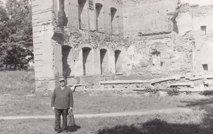 Eugenijus Matuzevičius Biržų piliakalnyje, prie užkonservuotų pilies griuvėsių