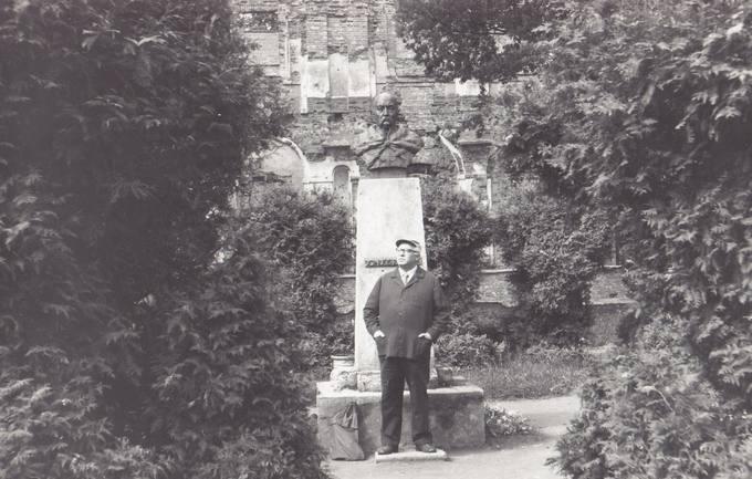Eugenijus Matuzevičius Biržų piliakalnyje, prie J. Radvilos paminklo